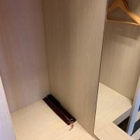 Puinen kenkälusikka 38 cm, tummanruskea